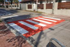 Gyalogátkelőhely oldószeres festése fényvisszaverő gyönggyel Diósdon