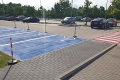 Mozgássérült parkoló zebrával